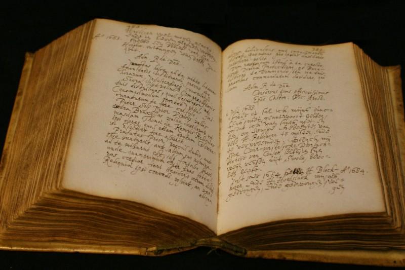 Photo of Bladeren door een 300 jaar oud dagboek
