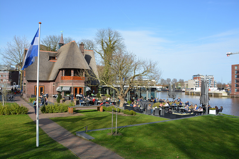 Photo of Lente in Zwolle; met winterjas genieten van de eerste zonnestralen