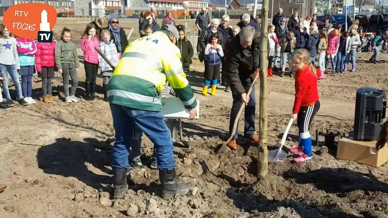 Photo of Video – 33 nieuwe bomen omgeving Frankhuizerallee op Boomfeestdag