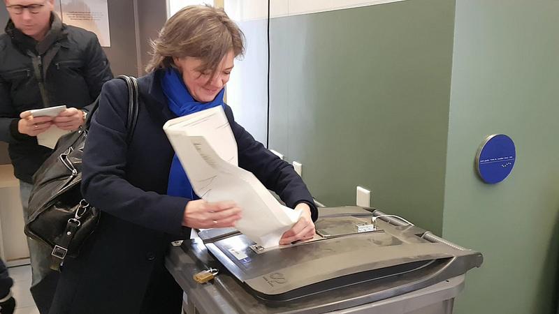 Photo of Twee Zwolse Tweede Kamer kandidaten brengen stem uit