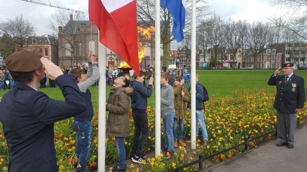 Photo of Herdenkingsplechtigheid bij oorlogsmonument Pilotenlaan en Ter Pelkwijkpark