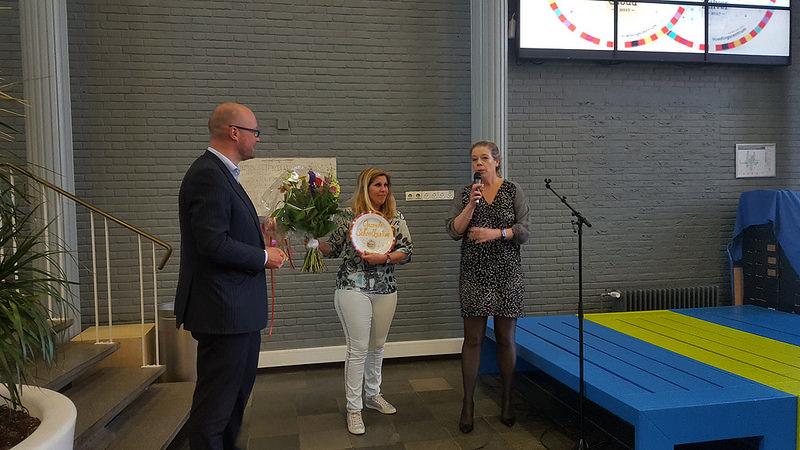 Wethouder Jan Brink heeft vandaag de Gouden Kantine Schaal uitgereikt aan onze kantinemedewerkster Jacoline de Leeuw!