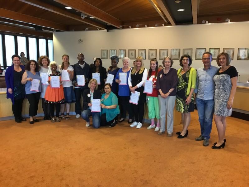 Photo of Wethouder Nelleke Vedelaar reikt certificaten uit