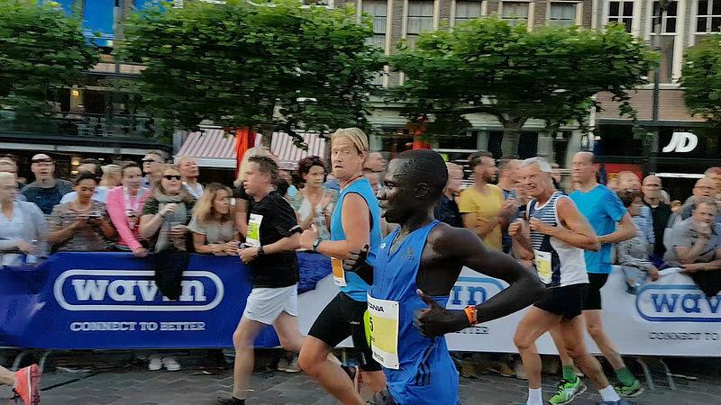 Photo of Koe voor winnaar achttiende Scania Zwolse Halve Marathon
