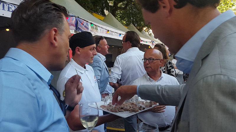 Photo of 18.400 euro voor vaatje haring op Grote Kerkplein Zwolle