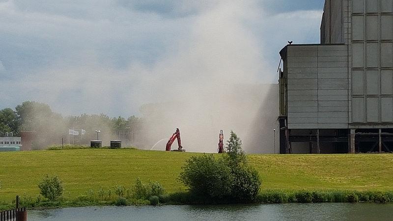 Photo of Neerhalen voorbouw IJsselcentrale veroorzaakt enorme knal en stofwolk