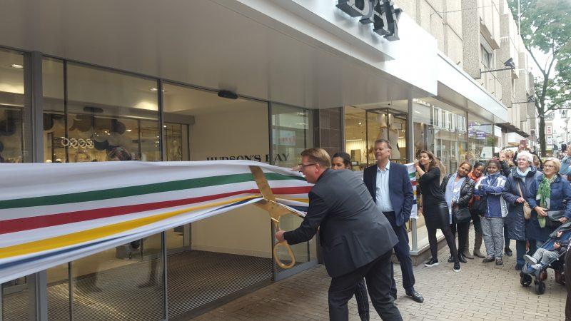 Storemanager Jeroen Christenhusz knipt het lint door