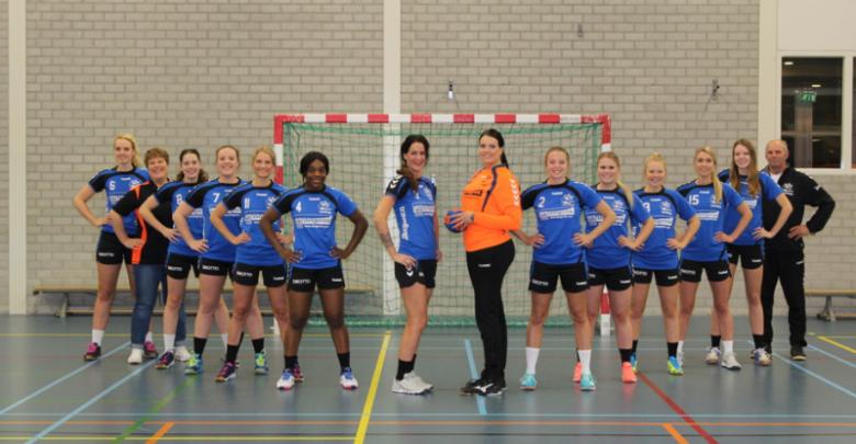 Photo of Travelbags/HV Zwolle handbalvrouwen breiden voorsprong uit op concurrentie na winst op Duiven