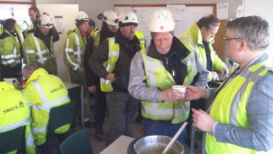 Photo of Wethouder Ed Anker trakteert bouwpersoneel Zwolse busbrug op erwtensoep