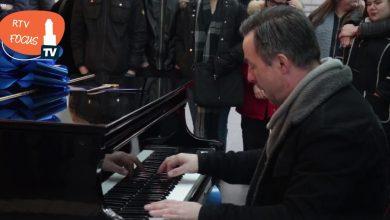 Photo of Video – Stationszanger Hans Jansen over nieuwe piano: 'Mensen wachten even, kijken om, glimlachen een keer'