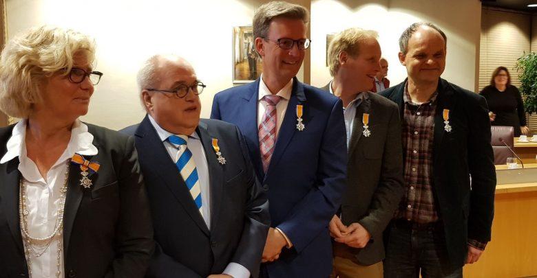 Photo of Vijf vertrekkende raadsleden onderscheiden in de Orde van Oranje-Nassau