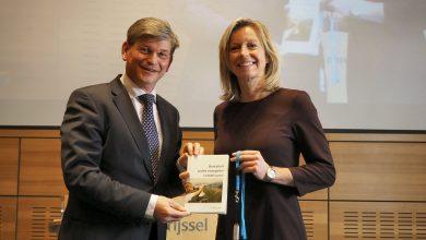 Photo of Profielschets nieuwe Commissaris van de Koning Overijssel overhandigd aan minister Ollongren