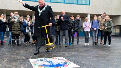 Photo of Burgemeester Meijer legt laatste steen nieuwe schoolplein TalentStad