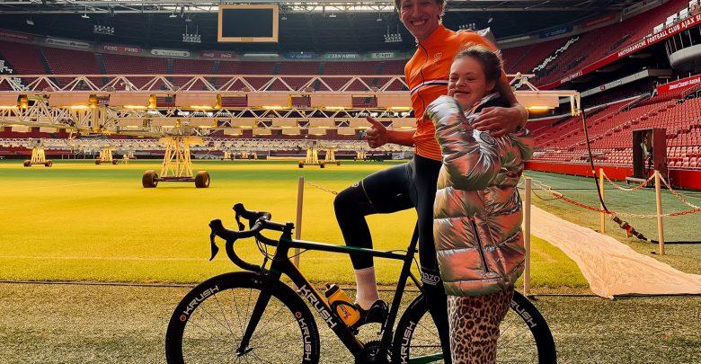 Photo of Zwolse wielrenner rijdt in een week langs alle eredivisiestadions voor goede doel