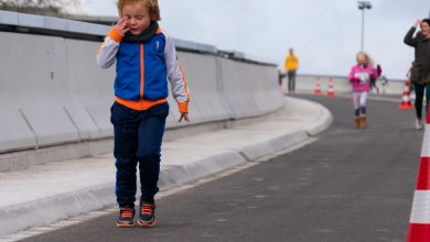 Photo of In beeld: Hardlopen met harde wind over de Schuttebusbrug