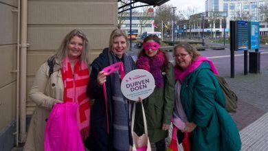 Photo of Single SuperMom Ellen Meijer uit Zwolle biedt in Den Haag petitie aan
