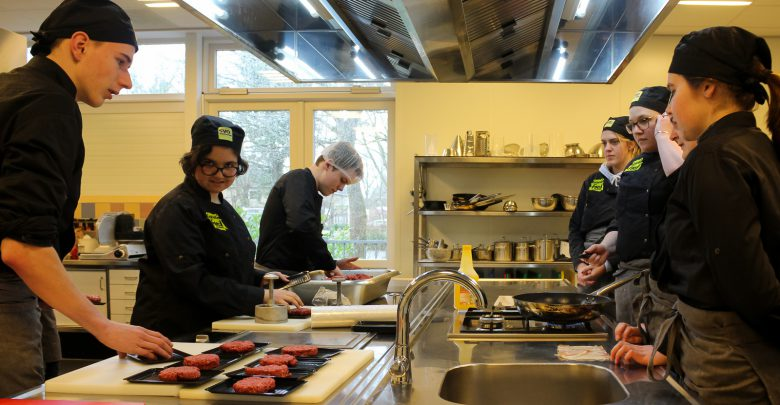 Photo of Studenten bakken perfecte burgers voor perfecte burgers in Aa-landen