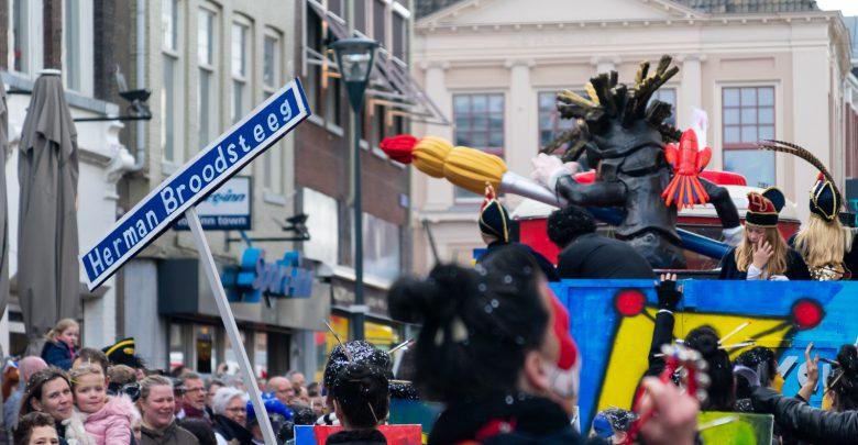 Photo of 'Kies uw burgemeester' en de 'Herman Brood steeg' bij carnavalsoptocht Sassendonk