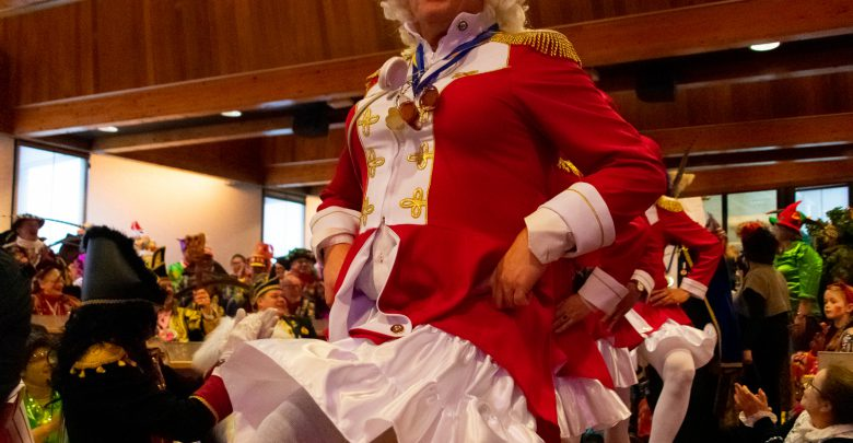 Photo of Burgemeester ' Prins Kniepert I van de Zakkenvullers' neemt voor allerlaatste keer college op de hak