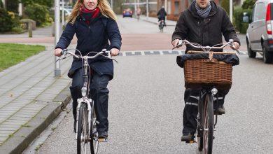 Photo of Docenten Taco en Elaine fietsen 19 scholen af om stakende collega's een hart onder de riem te steken
