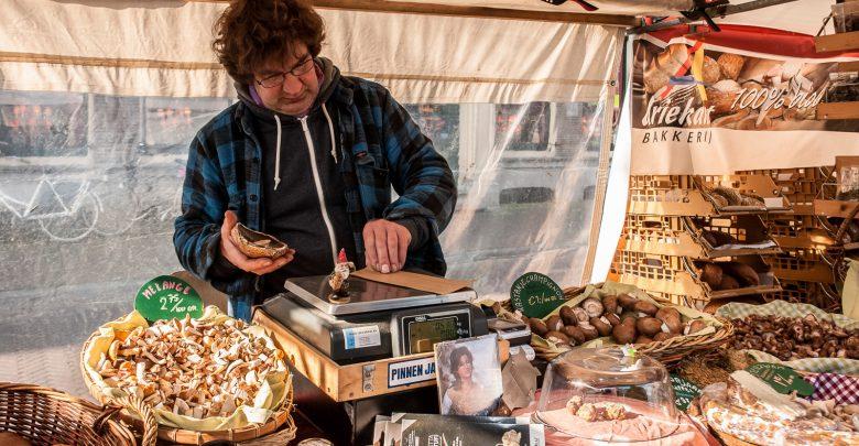 Photo of Zwammen en ouwehoeren bij marktkoopman Schoenmakers