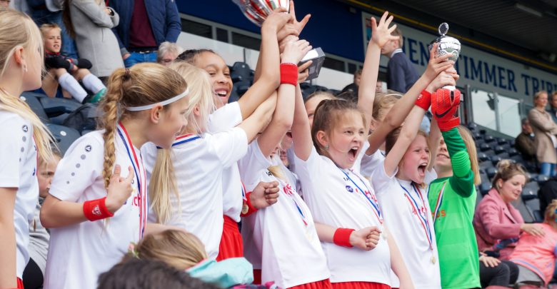 Photo of Spannende sportieve strijd om schoolvoetbalcup in PEC stadion