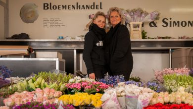 Photo of Marktkoopvrouw Bisschop houdt van bloemen en een goed glas wijn