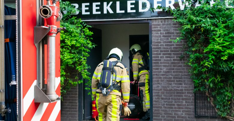 Photo of Winkeliers blussen brand in leegstaande tassenwinkel