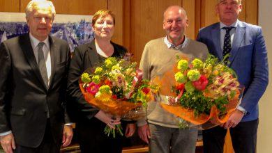 Photo of Oorlogsgravenstichting bedankt vertrekkend consul Zwolle met erespeld