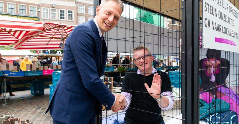 Photo of Vrijwillig de kooi in op de Grote Markt