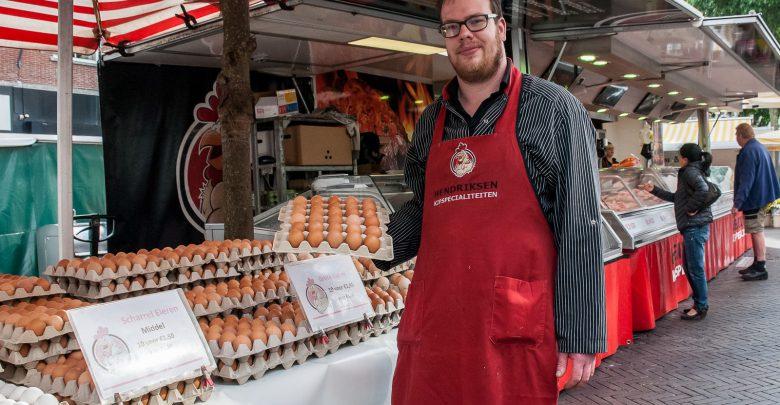 Photo of Willem Jan Hendriksen staat al zes jaar met kip op Zwolse markt