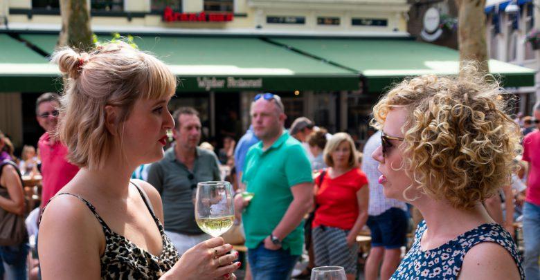 Photo of In beeld:  Tropisch weer en goed glas wijn met vrienden op Wijnfestival