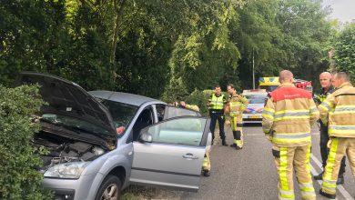 Photo of Auto tegen boom Haersterveerweg, bestuurder gewond