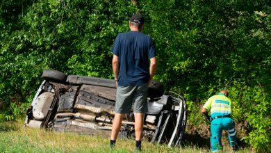 Photo of Auto belandt in sloot Heinoseweg; bestuurder gewond