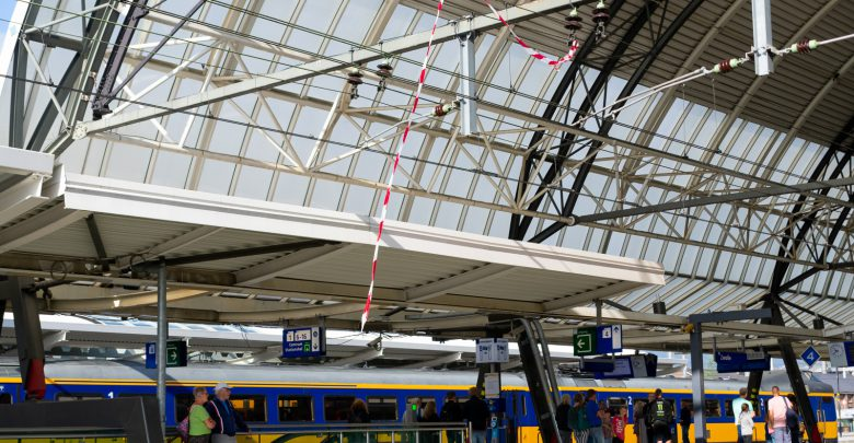 Photo of Afzetlint waait in bovenleiding op station Zwolle
