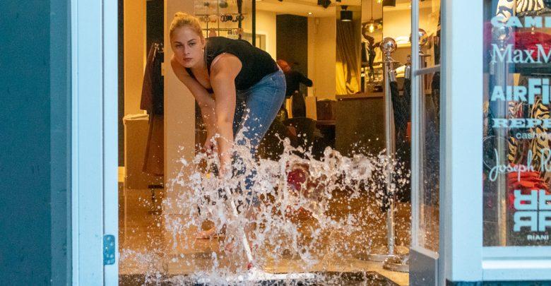 Photo of Zware regenval veroorzaakt waterschade bij kledingwinkels