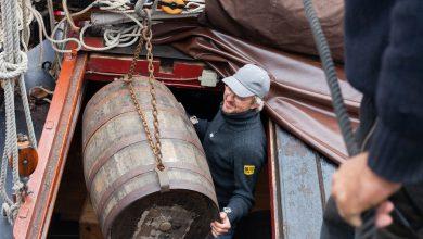 Photo of In beeld: Eerste vaatje bokbier aan wal getakeld bij Thorbeckegracht