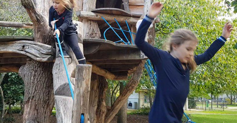 Photo of Outdoor Kids #1 Ravotten bij waterpomp en boomhut van Vrije School Michaël