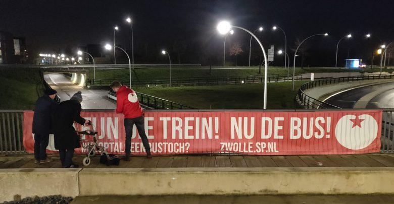 Photo of Wanhopige bejaarden hangen 's nachts illegaal spandoek op bij Station Stadshagen