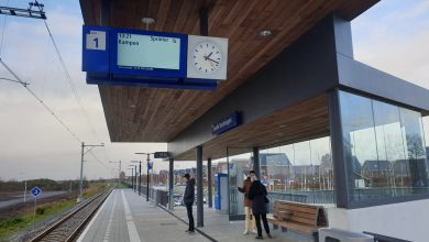 Photo of Eerste reizigers stappen op de trein bij Station Stadshagen