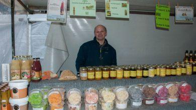 Photo of Marktkoopman Gert Meulenbelt verkoopt eigen producten van de imkerij