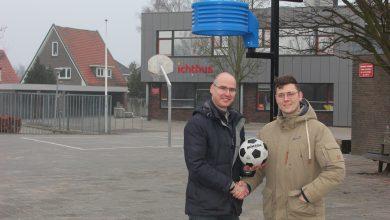 Photo of CBS De Ichthus plaatst in samenwerking metde Zwolse korfbalvereniging Oranje Zwart een korfbalboom op het schoolplein.