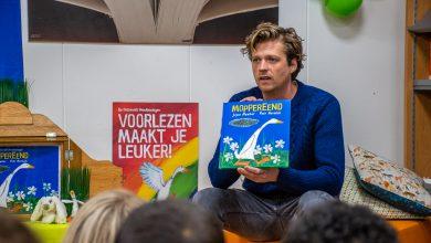 Photo of Burgemeester Snijders en Wietse de Jager lezen voor op het Nationale Voorleesontbijt