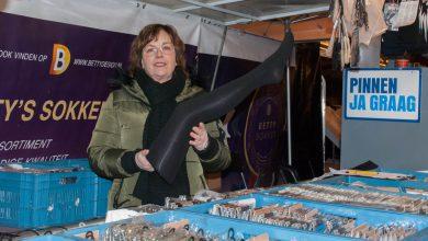 Photo of Marktkoopvrouw Betty is de sokkenspecialist van de Zwolse markt