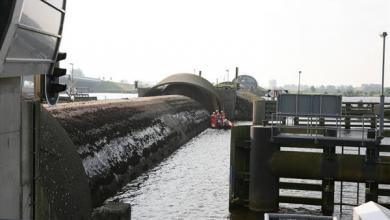 Photo of Stormvloedkering Ramspol bij Kampen dicht vanwege hoogwater