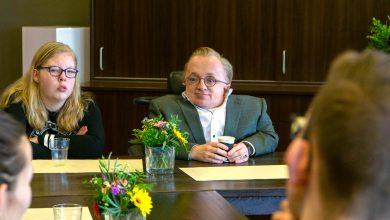 Photo of Rick Brink, minister van gehandicaptenzaken, in gesprek met leerlingen en personeel De Twijn