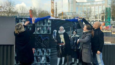 Photo of Expo 'De Tijdreizigers' siert bouwhekken Stationsplein Zwolle