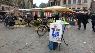 Photo of Mensen ontwijken op redelijk bevolkte Zwolse warenmarkt