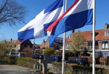 Photo of Zwolse en Nederlandse vlag halfstok bij monument Meppelerstraatweg