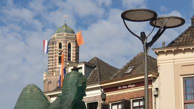 Photo of Burgemeester Snijders hangt vlag uit op Peperbus